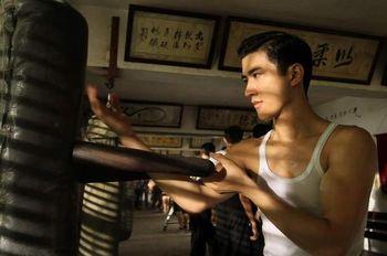 84edc23848 ... amit a fentebb már említett kevéske wing chun mellett egy brit rivális  (Alex Yen) elleni többmenetes csata fémjelez. Az akciókoreográfus, Chin Kar  Lok ...
